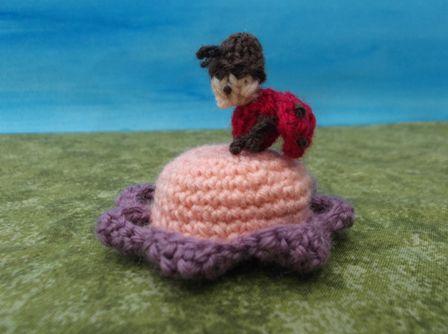 鍵編みのお花にてんとう虫がついたピンクッション。お花の真ん中には羊毛がつめてあります。置物としてもかわいいです。大きさは直径が6㎝、てんとう虫は2㎝くらいです...|ハンドメイド、手作り、手仕事品の通販・販売・購入ならCreema。