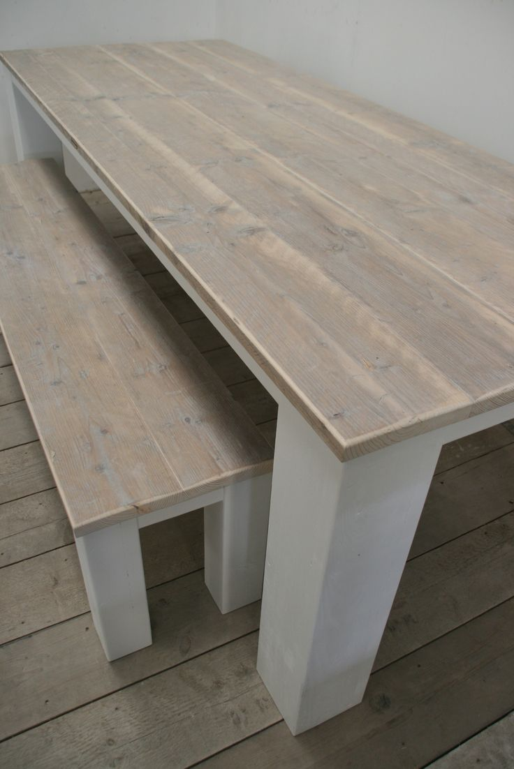 Sfeervolle eettafel met tafelblad van gebruikte steigerplanken en wit onderstel www.houtenzo.com
