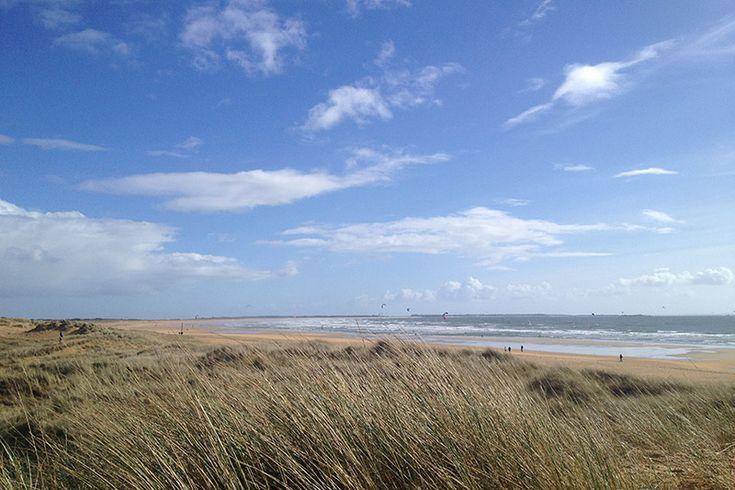 Erdeven est située dans le département du Morbihan et dans la région Bretagne. Le nom breton de la commune est An Ardeven : le pays de la dune. Au fil des sentiers... Découvrez  les trésors  d'Erdeven : menhirs, dolmens, édifices religieux !  Erdeven est situé en base de la presqu'île de Quiberon, prés de Carnac et ses célèbres alignements. La Rivière d'Etel, à 3 km, vous offrira de belles balades