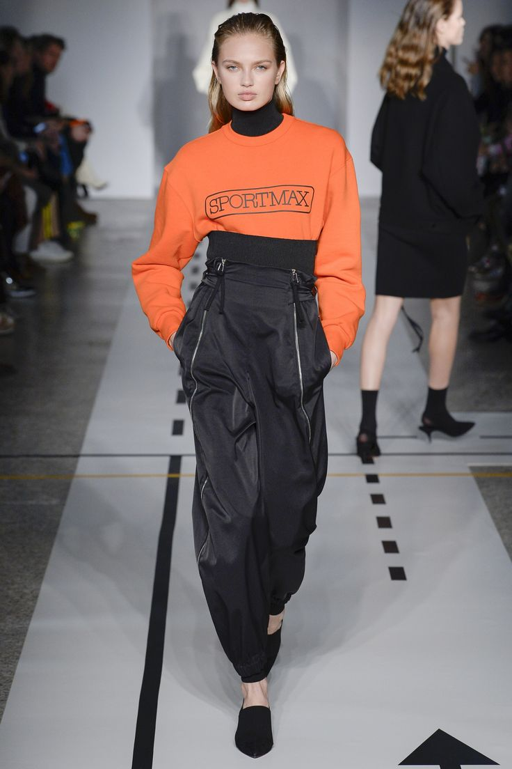 http://www.vogue.com/fashion-shows/fall-2017-ready-to-wear/sportmax/slideshow/collection