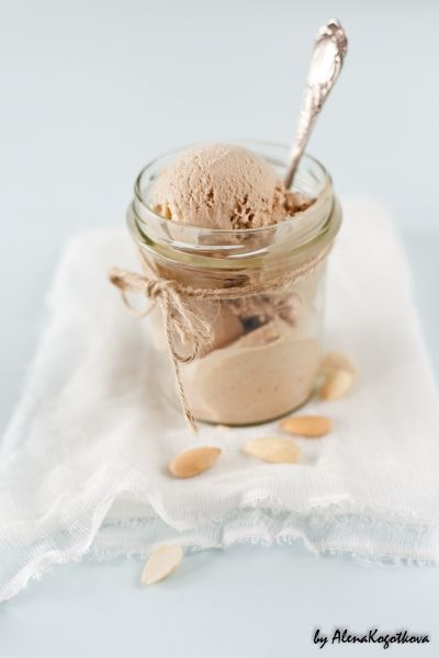 Banana roasted ice cream with honey & almond. Scroll down and then it's written in English.