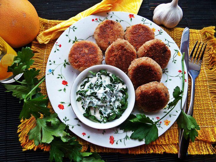 БИТОЧКИ ИЗ ГРЕЧНЕВЫХ ХЛОПЬЕВ С ЧЕСНОКОМ  Простое блюдо, которое быстро готовится и поражает вкусом!  http://www.koolinar.ru/recipe/view/122840