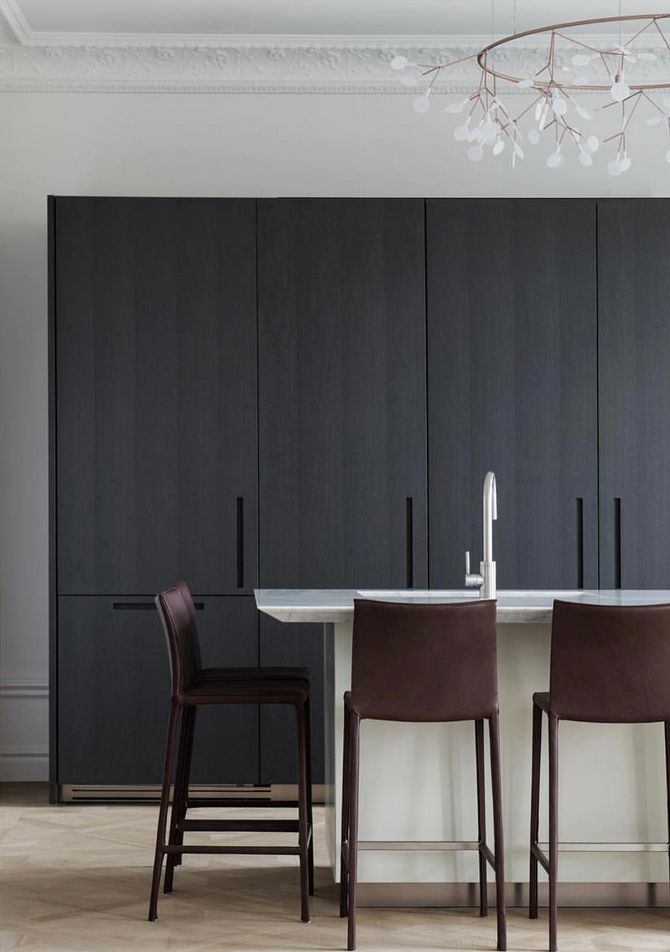 Black wooden kitchen and hight leather bar chairs. Scandinavian interior decoration and how to choose pendant according to ceiling height.