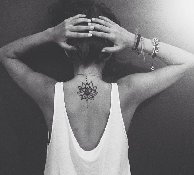 Se você já avaliou todos os prós e contras, pesquisou estabelecimentos seguros, tomou coragem, decidiu de vez apostar em uma tatuagem, mas ainda não sabe ao certo qual desenho ou frase pretende deixar marcado para sempre na pele, confira sugestões de tattoos delicadas para fazer nas costas e inspire-se: Leia