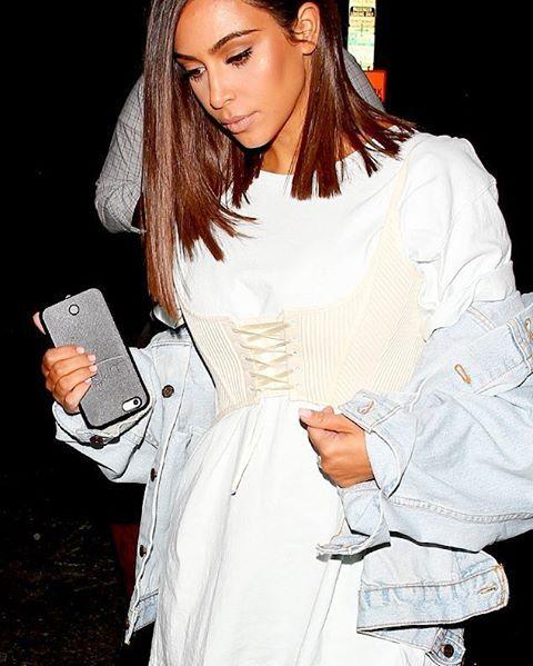Mengenakan pakaian dalam sebagai layer luar dari T-shirt tengah menjadi tren. Dimulai oleh bralet yang populer sebagai atasan di tahun 2013 kemudian kamisol di tahun 2015 hingga sepanjang tahun 2016 kini giliran korset yang akan menjadi sentuhan sexy dari padu padan kasual para fashionista. Seperti korset warna broken white lansiran Topshop yang dikenakan Kim Kardashian dengan oversized T-shirt dan denim jacket kala menghadiri fashion show koleksi menswear fall/winter 2017 Balmain di Paris…
