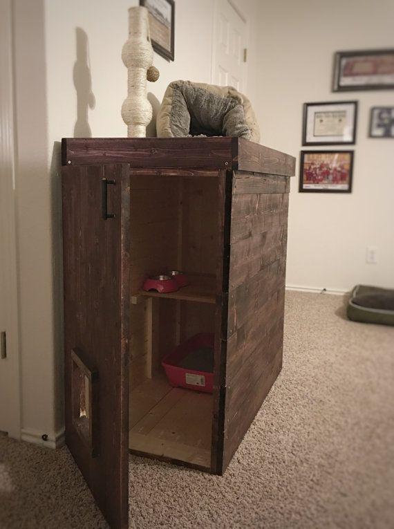 Si tratta di un impressionante gatto di casa che è stato costruito per tenere i cani fuori dello spazio di kitty! Ha un ripiano per separare la lettiera da cibo e acqua o utilizzare mensola come deposito per tutte le esigenze del vostro animale domestico. Parte superiore della casa ha un labbro su di esso, così si può mettere Giocattoli e altri oggetti per poter lounge con.  Totalmente personalizzabile e farà per soddisfare le esigenze!  Il formato standard è di 25 x 20 x 25  Macchia in foto…