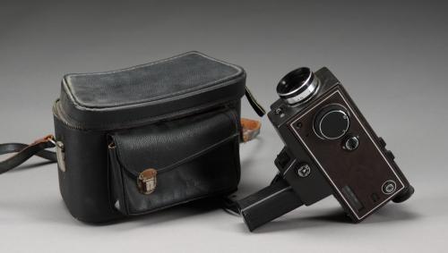 Super 8: Diese Filmkamera von Kodak wurde mit Super 8 Filmkassetten betrieben, das Modell kam 1968 auf den Markt. Das Format war von Kodak vier Jahre zuvor vorgestellt worden und entwickelte sich schnell zum marktüblichen Standard. Doch die Vorreiterrolle Kodaks bei Super 8 ist nur die halbe Wahrheit. Die Amerikaner gehörten ursprünglich wie die Konkurrenten Agfa und Fuji einer Planungsgruppe an, die für die Olympischen Spiele 1964 in Tokio ein neues Filmformat entwickeln sollte. Doch Kodak…