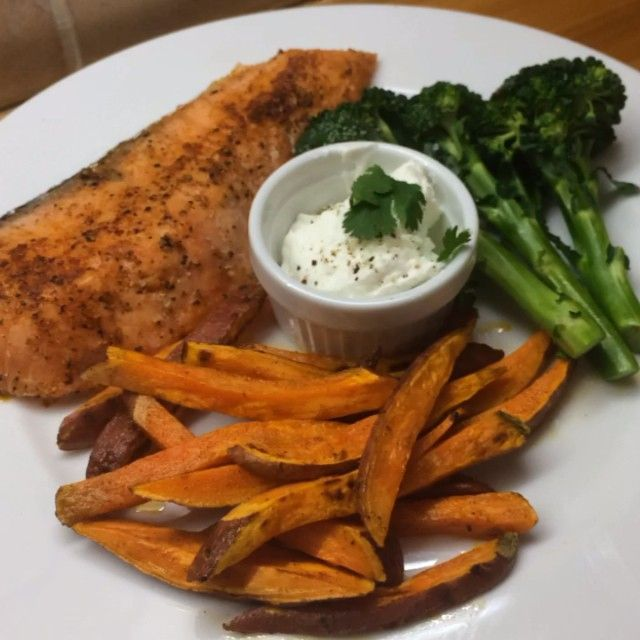"""Try my home made fish & chips #leanin15 with @nandosuk @fage_uk & @lucybeecoconut Hit like if you want to make this one at home """