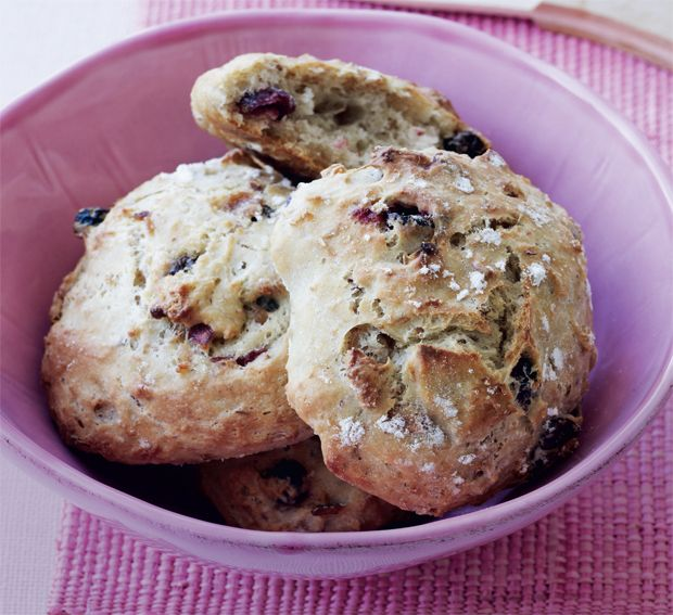 Koldhævede boller er så nemme at bage, og de smager skønt. Rør dejen sammen om aftenen, sæt i køleskabet natten over og bag friske morgenboller til morgenmaden.