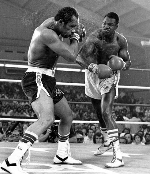 Ken Norton vs Larry Holmes, an absolute classic, more or less forgotten today. This fight would determine the heavyweight king for the next 7 years, after the Ali era. -1978