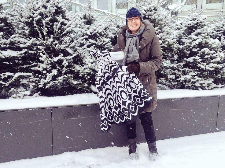 Opetusneuvos Hanna Ketosen iltapuku on nyt matkalla Joensuuhun. Ilon kautta uuden työn luomista.
