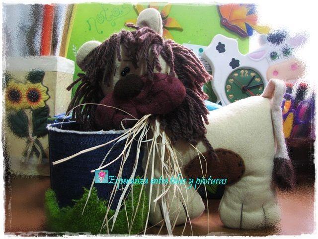 León hecho en fieltro y lana