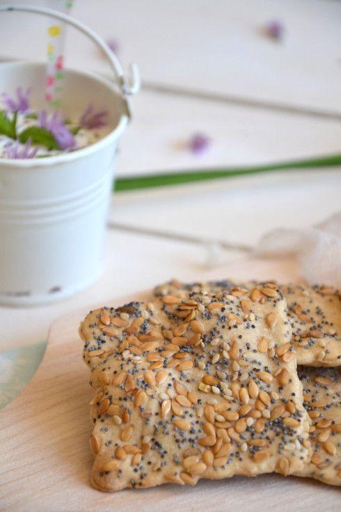 """Pourquoi cette recette ? Tout d'abord parce que ces crackers sont parfaits pour un apéritif gourmand, mais aussi pour vous présenter le hors-série en ligne """" Végétarien & Gourmand """" paru sur le site FémininBio , dont l'auteur des recettes qui y figurent..."""