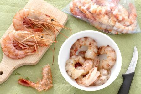 COME PULIRE I #GAMBERI (how to clean prawns), un metodo di pulizia e conservazione adatto anche per gamberoni, gamberetti e mezzancolle. #video #ricetta #GialloZafferano #scuoladicucina #comefare