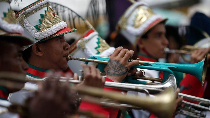 Revezamento da Tocha Olímpica - Rota Rio 2016 e Condutores da Tocha. Feira de Santana - Bahia. Banda toca Tema da Vitória. 25/05/2016.