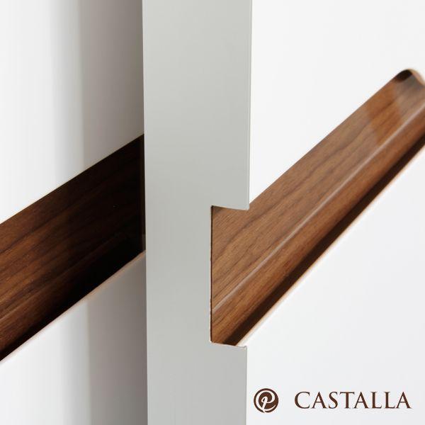 Detalle de armario Vela, de apertura coplanar. Acabado lacado blanco combinado con madera nogal alto brillo.