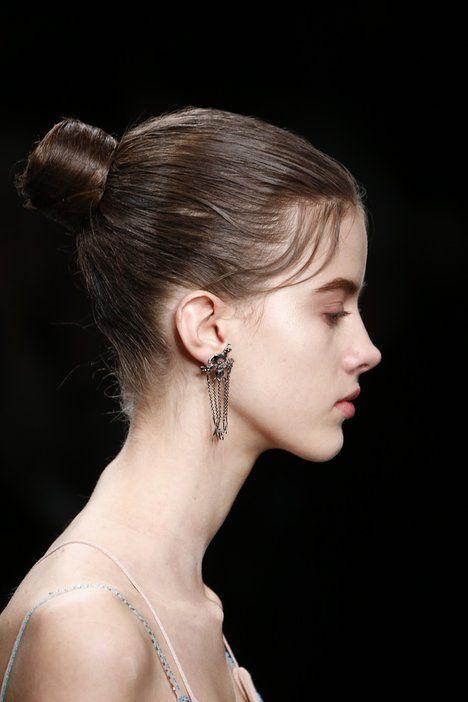 Do drdůlku, který jste mohly vidět u Valentina, se můžete podle hair stylistky pustit i ve chvíli, kdy spěcháte a nestíháte si dosušit vlasy. I v tomto případě je ale lehce usměrněte gelem. Účes bude ideální také pro dny, kdy si nezvládáte mýt vlasy a musely byste sáhnout po suchém šamponu; Profimedia