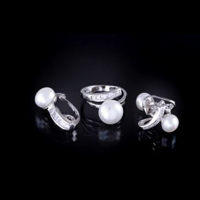 Real pearl wedding set, I think for $135.61+free shipping worldwide it´s a great deal