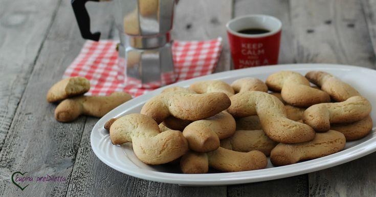 I biscotti caserecci siciliani sono dei buonissimi biscotti da colazione che a Catania si vendono in tutte le panetterie e questi sono uguali uguali a quelli che si acquistano in panetteria. Sono dei biscotti semplicissimi e facili da fare, ottimi da inzuppare nel latte.