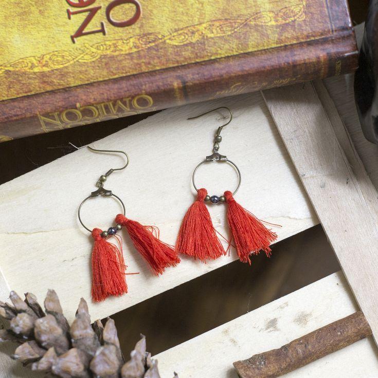 """Voici ce que je viens d'ajouter dans ma boutique #etsy: mignonne paires de boucles d'oreilles """"pompon rouge"""" #bijoux #bouclesdoreilles #bronze #boheme #crochetdoreille #coton #rouge"""