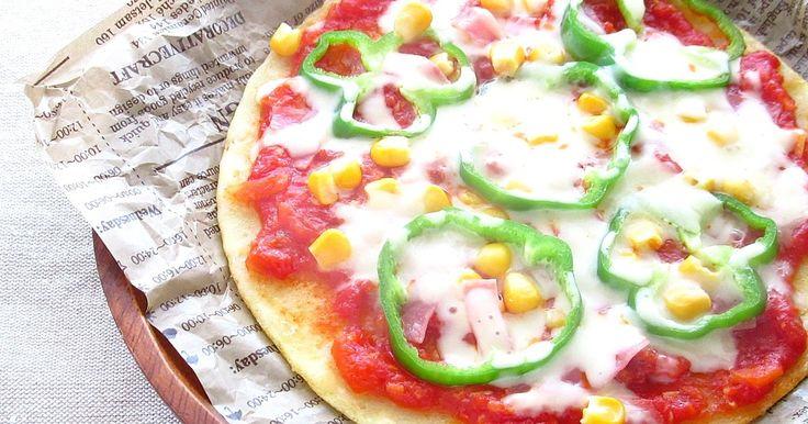 フライパンで作れる米粉ピザレシピです!! 普通のピザは捏ねて伸ばして、焼くという流れだけど、 このピザは捏ねたり、発酵させる必要がありません!! 混ぜて焼くだけ~のピザ。  外はパリパリ♪中はもちもちな♪米粉ピザになっています。  このピザのおいしさのコツは 『しっかり焼くこと』 パリパリがめちゃめちゃはまります(笑)