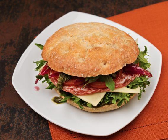 Arinaleipä, 6,90 €. Täyteläisen leivän vaihtoehtoina ovat salami-emmental tai prosciutto-mozzarella. Beanie, E-taso.
