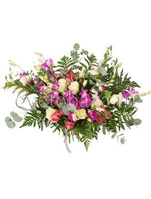 ПОЛЕТ  Этот букет, кажется, создала сама природа, настолько гармонично и естественно сочетаются все компоненты. Яркие соцветия орхидеи дендробиум подчёркнуты белоснежной розой, насыщенная альстромерия перекликается с колокольчиками трогательной эустомы а переливы разных оттенков зелени завершают эту очаровательную цветочную композицию.