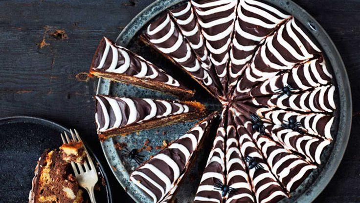 En saftig banankage kan de fleste lide. Men en saftig banankage med Nutella, chokoladecreme og glasur kan ALLE lide! Her i en lidt uhyggelig udgave med spindelvævsglasur - så er der serveret til halloween