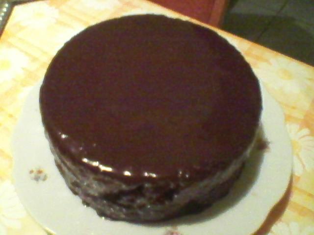 Első sacher tortám a díszítést nem érte meg. Addigra elfogyott. :D  (A kép őskori telefonnal készült.)