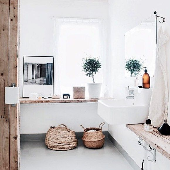Toll, die Ablagebretter aus Holz im Badezimmer. #kolorat #bad #weißewand #streichdasbad #wandfarbe #wohnideen