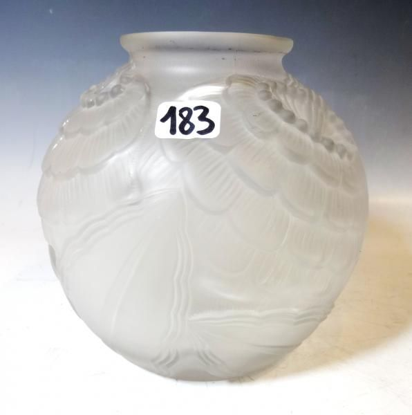 P. D'AVESN: vase boule en verre moulé pressé à décor floral - H.: 16 cm[...], Arts du XXe siècle (Orléans) à Pousse Cornet - Valoir | Pousse Cornet - Valoir