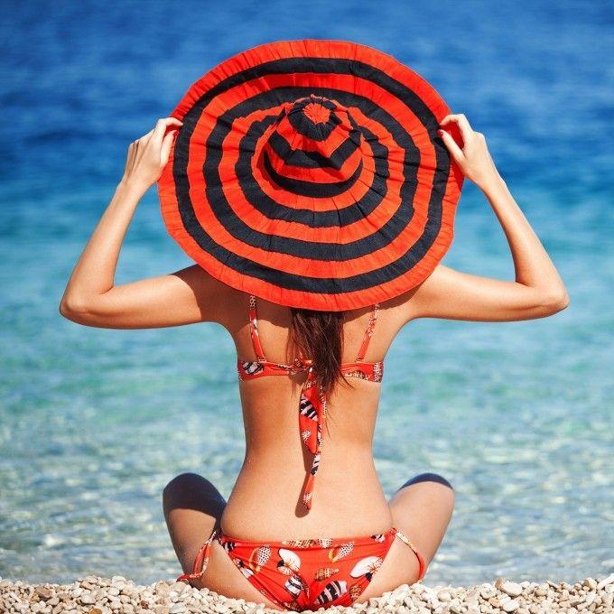 Летнее фото с девушкой в красном купальнике в шляпе на пляже #картинки #фото #девушка #пляж #море #спиной #со_спины #шляпа #лето #отдых