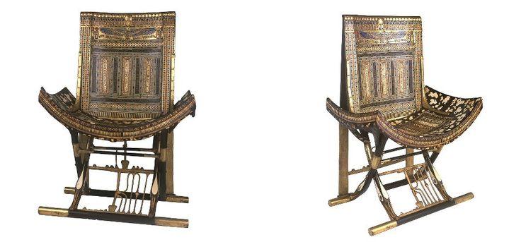"""Ce trône largement décoré, un des chefs d'oeuvre du trésor du roi Toutânkhamon, retrouvé dans la chambre """"annexe"""" de sa tombe.Elle est en forme de tabouret pliant avec un dossier rajouté. La chaise sculptée en bois est incrustée d'ébène et d'ivoire et colorée de pigmentations pour un effet de peau de léopard alors que les jambes se terminent en de somptueuses têtes de canards incrustées.Entre les jambes se trouve la moitié du symbole Sema-tawi ajouré, représentation de l'unification des ..."""