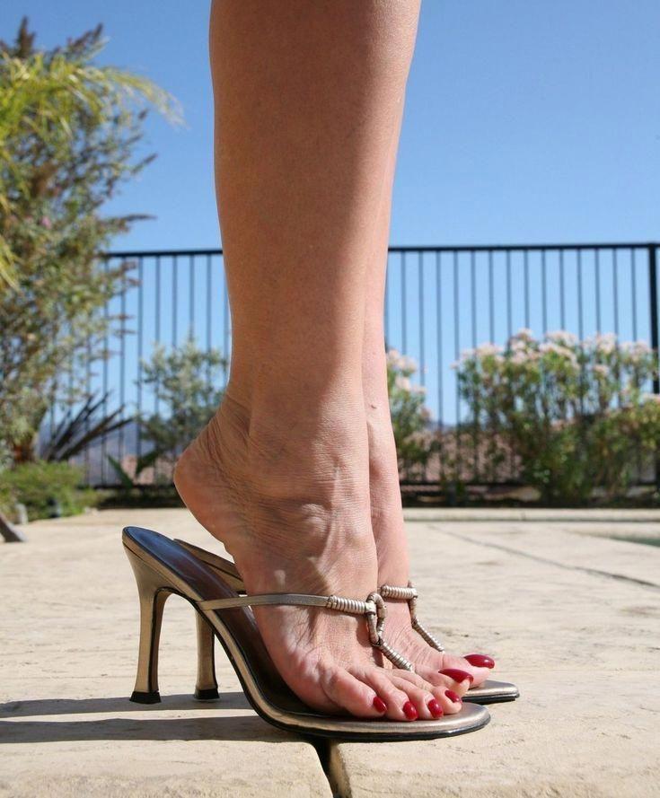 Pin on pies femeninos