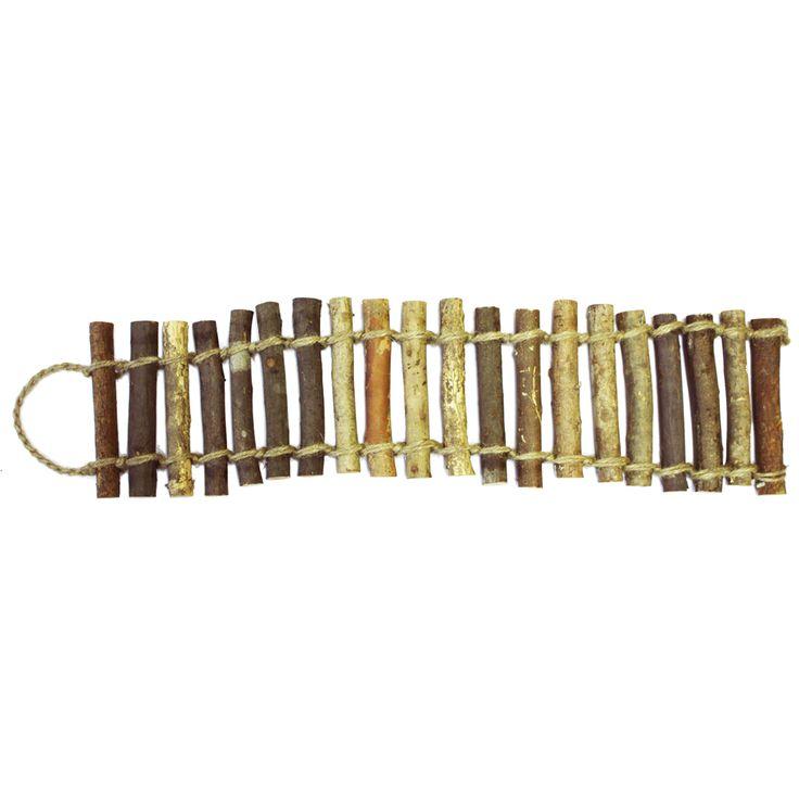 Touwbrug gemaakt van 100% natuurlijke materialen. Met de touwbrug creëert u op eenvoudige wijze een leuke speelplek voor uw knaagdier. Ideaal om in te klimmen voor bijvoorbeeld hamsters. Bovendien is deze brug geschikt om de tanden eens flink in te zetten.
