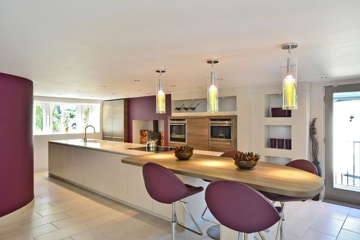 55 идей кухонь с островом (фото) http://happymodern.ru/kukhni-s-ostrovom/ Сливово-белая кухня в стиле модерн с большим многофункциональным островом в центре