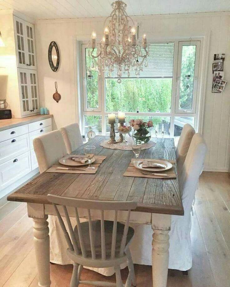 Einladende helle küche im französischem landhausstil elegante kücheneinrichtung aus holz mit esstisch in der