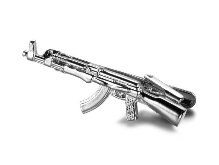 Morsom og spesiell slipsnål utformet som et sølvfarget Kalashnikov gevær.
