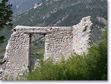 Sahune, geruïneerd muur met bergen