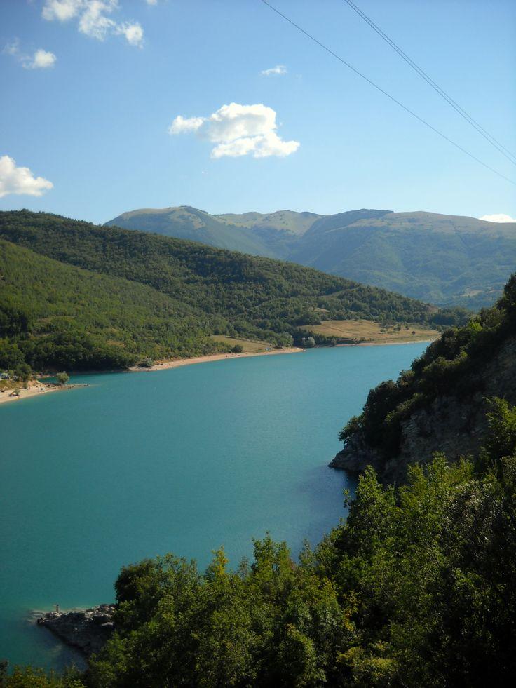 Il lago di Fiastra è un minuscolo lago artificiale sulle montagne al confine fra Umbria e Marche. E' minuscolo, molto isolato, e ha delle acque limpidissime (e freddissime); il che lo rende l'ideale per un weekend in campeggio.