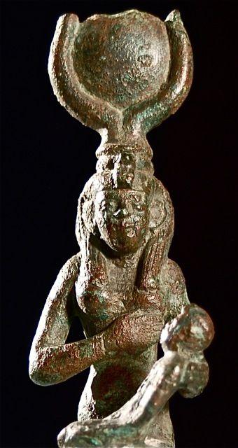 4Statuetta della dea egizia Isi con il figlio Horo, Epoca tolemaica - XXX dinastia, Bronzo, Musei Civici di Reggio Emilia