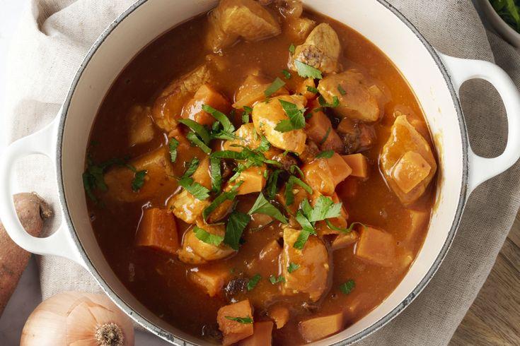 Dit originele gerecht met blokjes kip, zoete aardappel en ui in een verrassende saus van sinaasappel, curry en tomaat zal je doen smullen.