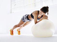 Rückenfit-Übung eins: Unterarmstütz auf Gymnastikball