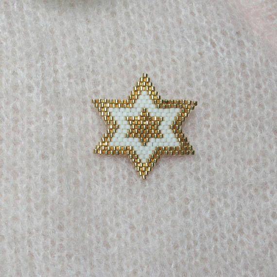 Ma bonne étoile... Broche tissée main en forme détoile en perles Miyuki 11 couleur crème et doré. Pour un Noël de rêve, à porter sur une écharpe, une veste, un pull, un manteau, un sac. Elle saccordera parfaitement avec toutes vos tenues cet hiver. La broche mesure environ 32mm,