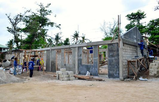 Last November, a devastating typhoon Haiyan hit the Philippines (the strongest reported so far). Thousands of people are suffering from the consequences, we are currently helping the most vulnerable – children, also thanks to you. In Santa Fe they soon grow a new school. Our partner Young Pioneer Disaster Response started to build it in June and praises it goes very well.