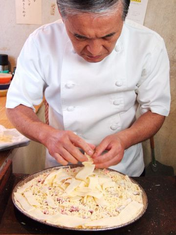 昨年秋に日本初上陸を果たしたばかりにも関わらず、若者の間で大人気のピザ屋さん・スポンティーニって知っていますか? 分厚いふかふかの生地の上にこぼれそうなほどのチーズがのせられているのが特徴のピザで有名なお店ですが、そんなボリュームたっぷりのピザを越えるものを提供するお店が吉祥寺にあるんです! 今回は吉祥寺の老舗ピッツェリア・トニーズピザをご紹介します!