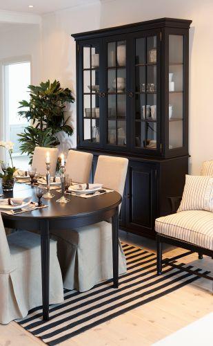 Skänkvitrin Stockholm är en möbel med ursprung från traditionellt svenskt hantverk. Rena linjer med fin balans mellan då och nu. Skänken har tre dörrar. Vitrinskåpet har tre hyllor och tre glasdörrar och glassidor.