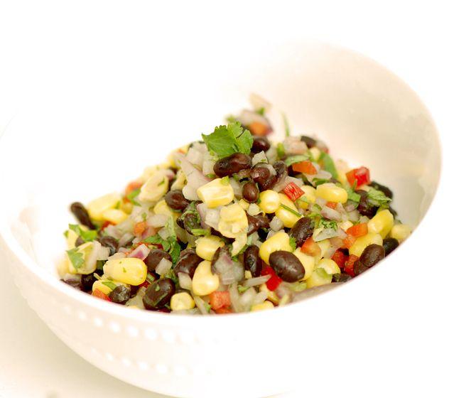 Ensalada de Porotos negros, choclo (maíz), pimiento, cilantro y cebolla.