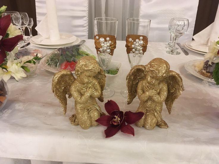 Коричневая свадьба. Президиум и задник. Стол жениха и невесты. Бокалы ручкой работы. Украшение стола