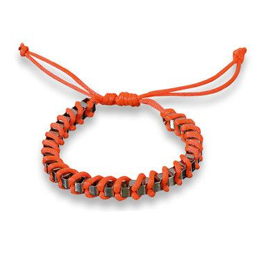 Nog op zoek naar oranje accessoires? Bekijk dan snel dit leuke armbandje in de Blokker-folder.